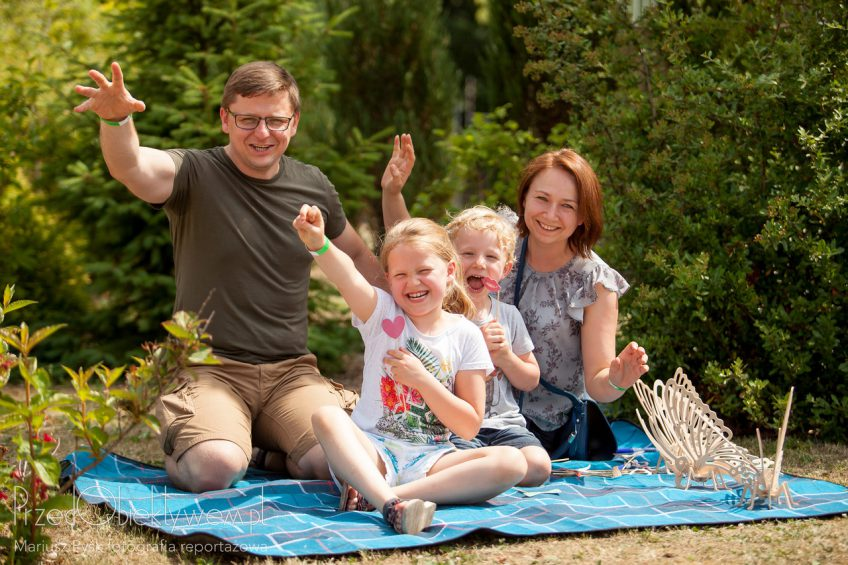 Family outdoor photo shoot on summer picnic